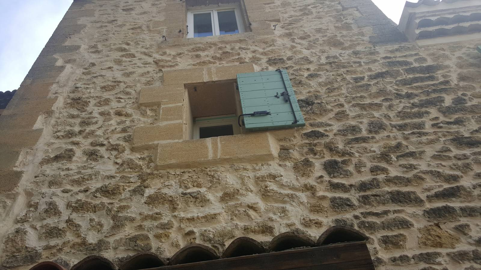 am nagement ext rieur d 39 une maison miramas en pierres de rognes constructeur de b timent. Black Bedroom Furniture Sets. Home Design Ideas